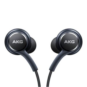 Der Samsung In-Ear Kopfhörer ist ein ist ein voller Erfolg in der Klangtechnik. Hier ist Samsung eine Kollaboration eingegangen und zwar mit niemand geringerem als dem international bekannten AKG Akustik Ingenieuren. Das Ergebnis ist ein vollständig verzerrungsfreies Hörerlebnis kombiniert mit einem unverfälschten und ausgewogenen Sound - Die AKG Experten haben volle Arbeit geleistet. Diese Original Samsung In-Ear Kopfhörer mit einem 3.5 mm Klinken Stecker und integriertem Mikrofon bietet erstklassigen Tragekomfort, einen perfekten Sitz und eine gute Klangqualität. Das Samsung Kopfhörer Headset tuned by AKG ist passend für alle Geräte mit 3.5 mm Audio (Kopfhörer) Anschluss. Es umfasst ein Mikrofon und eine Rufannahmetaste, die innen an der Verkabelung angebracht ist. Darüber hinaus lässt sich mit diesem Headset auch die Lautstärke regeln. ACHTUNG: Die Kopfhörer werden ohne Verpackung ausgeliefert. Es handelt sich um unbenutzte (Bulk) Originalware. Aus hygienischen Gründen ist dieser Artikel nach dem Öffnen der Verpackung/dem Entfernen der Folie, respektive nach Gebrauch/Anwendung oder nach dem Testen in jeglicher Form, vom Umtausch/Rücknahme ausgeschlossen.